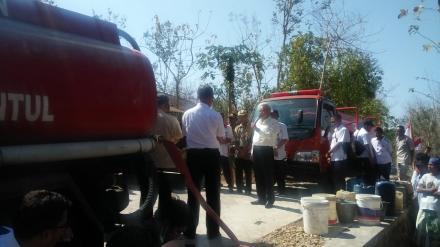 Bupati Bantul memberikan bantuan air bersih