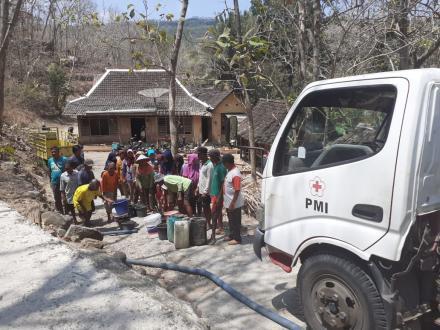 Bantuan Droping Air untuk Wilayah Kekeringan di Desa Selopamioro