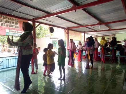 Para Anak Latihan Tari Klasik Dasar di Dusun Pelemantung